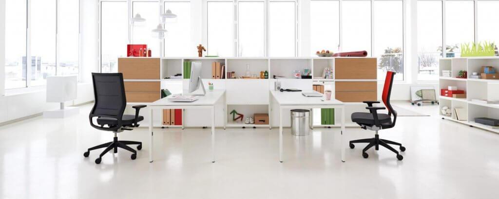 Kantoorinrichting bureaus en bureaustoelen